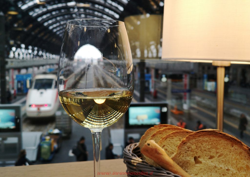 Calice di vino vista stazione Centrale Obicà Milano