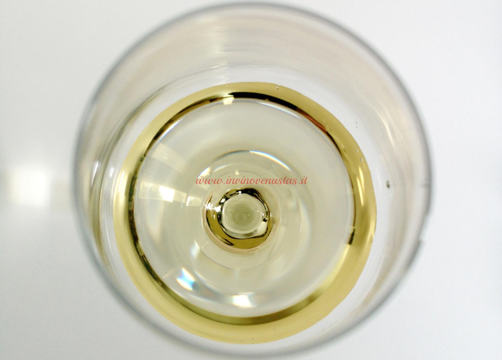 Close up calice per dettaglio colore vino bianco