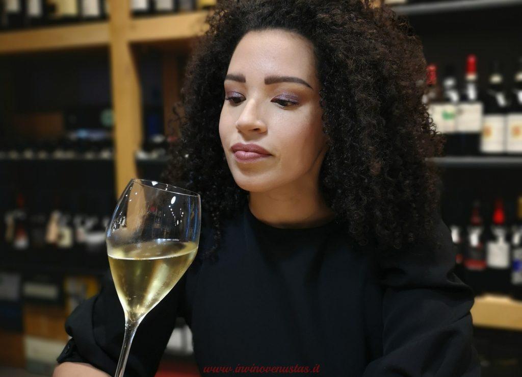 Lara invinovenustas in enoteca anteprima post vino numeri o emozione