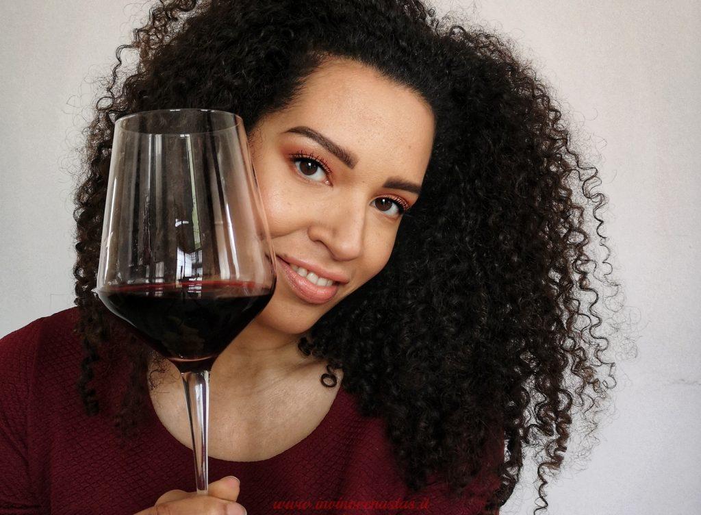 Lara Invinovenustas con calice vino rosso per anteprima blog post app Vitae