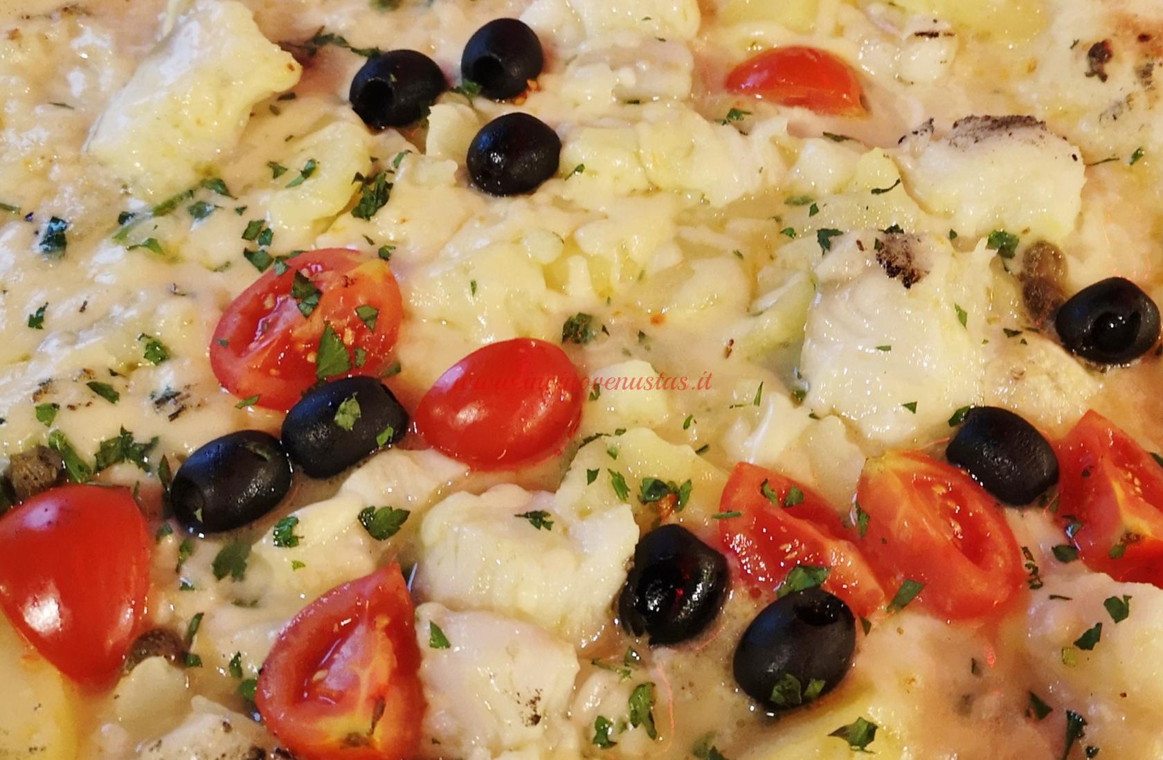 Pizza bianca con pesce olive e pomodorini come esempio di abbinamento vino e pizza