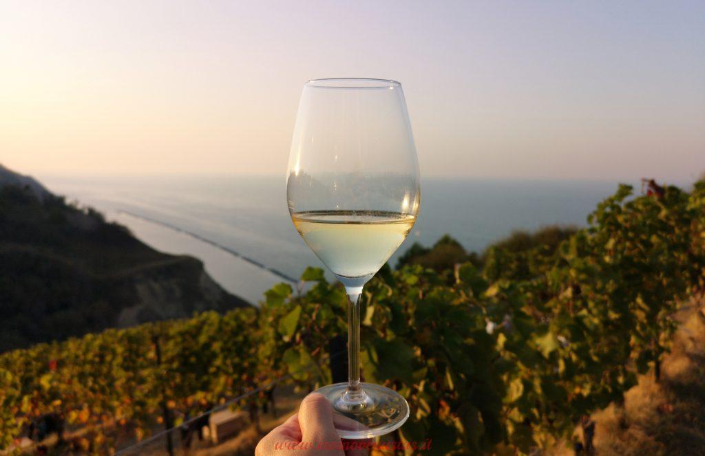 Calice di vino al tramonto vista mare - Brindisi al ritrono degli eventi del vino